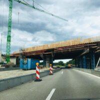 Freier Blick auf die Autobahnbrücke: Teilsperrung der A 95 am Autobahndreieck Starnberg