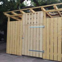 Hereingezimmerte Nachrichten: Baustopp fürs Müllhäusl
