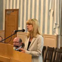 Frau Münster vom Landratsamt stellt die neuen Regionalbuslinien vor