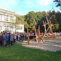 OMG-Schule weiht Niedrigseilgarten ein