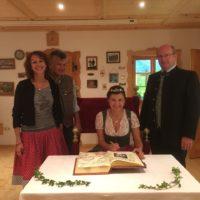 Bierkönigin Lena im Goldenen Buch der Gemeinde Berg