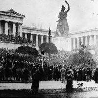 """""""Wer für die Revolution ist, uns nach!"""""""